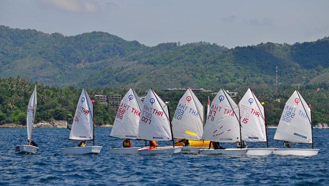 เรือใบเล็กOptimist_racing._Day_2_of_the_International_Dinghy_classes_at_the_2012_Phuket_King's_Cup_Regatta._Photo_by_Joyce_Ravara
