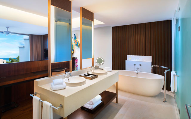 Classic Pool Suite Bathroom_re