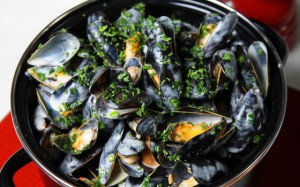 Bouchot mussels with white wine, garlic, thyme and parsley