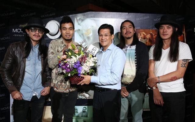 012 ผู้บริหารจากค่ายสมอลล์รูมมอบช่อดอกไม้แสดงความยินดี