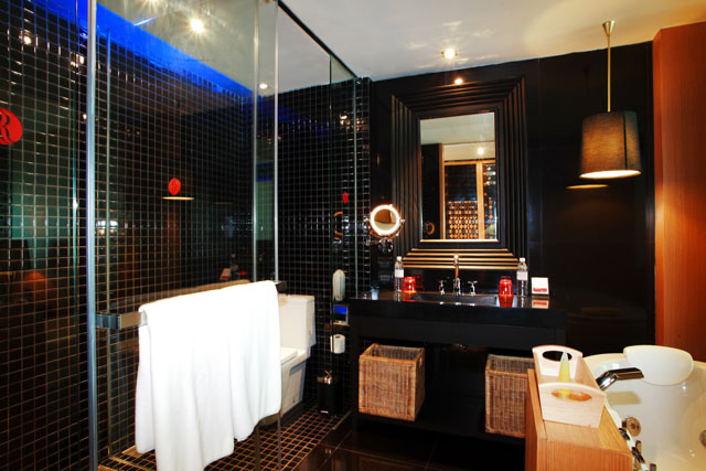 Deluxe-Jacuzzi-Bathroom