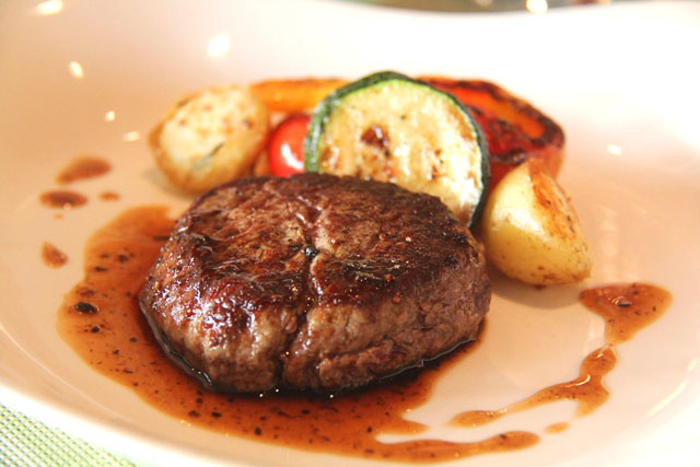 Grilled beef tenderloin with black truffle sauce (1)