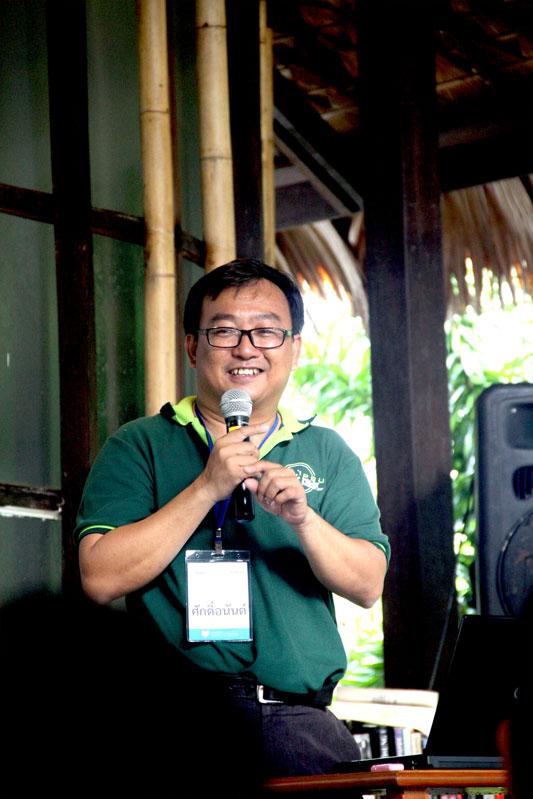 อาจารย์ศักดิ์อนันติ์ ปลาทอง ผู้เชี่ยวชาญด้านปะการัง บรรยายให้ความรู้ถึงสถานการณ์ท้องทะเลไทย