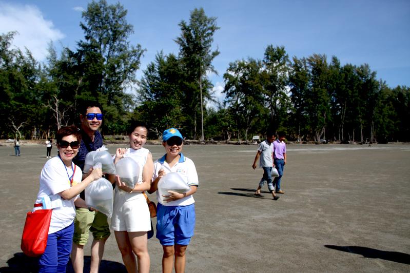 กิจกรรมปล่อยลูกปูลงทะเล ที่ชายหาดหน้าโครงการฟื้นฟูและอนุรักษ์ป่าทุ่งทะเล