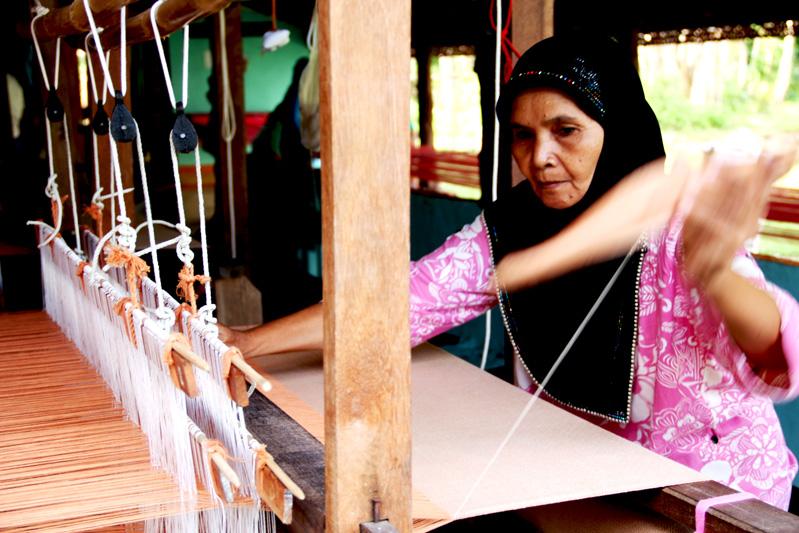 การทอผ้าของชาวบ้านในชุมชน