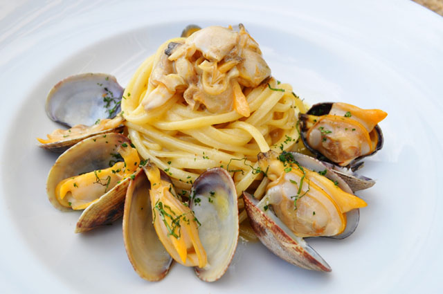 Lingguine with garlic and parsley clam sauce