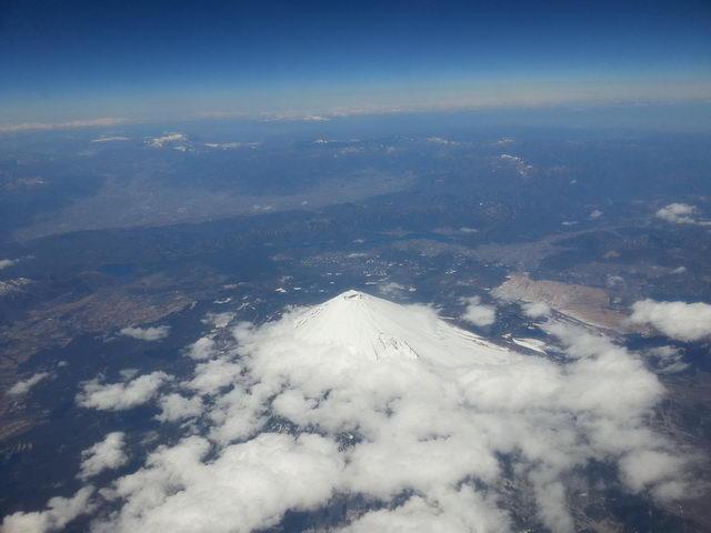ภูเขาไฟฟูจิมองจากหน้าต่างเครื่องบิน