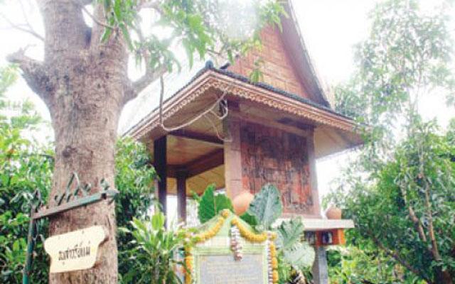 Mom monument od monk Phayom 2