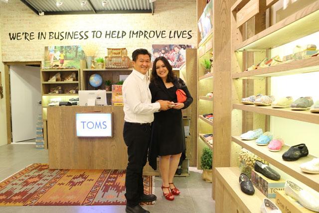 ปรียามล และสามี พัฒพงษ์ ธนวิสุทธิ์ ที่ร้านโปรดลูกสาว Toms_resize