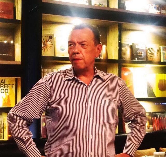 บรูโน บิสชอฟฟ์ ผู้จัดการ ห้องอาหารมาเวอริค สั่งสมประสบการณ์ในธุรกิจร้านอาหารมากว่า  25 ปี ในฐานะผู้เชี่ยวชาญด้านอาหารและผู้บริหารงานห้องอาหารระดับสูงหลายแห่งในเมืองไทย รวมถึงห้องอาหารภายในโรงแรม ดิ โอเรียนเต็ล และห้องอาหาร เลอ บันยัน ในช่วงปี ค.ศ. 1989 – 2010 รวมถึงห้องอาหารชื่อดังอีกหลายแห่งในกรุงเทพฯ