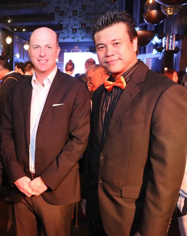 กิตติพัฒน์ ไชยกูล ผอ.ฝ่ายการตลาด เรมี่ คอนโทร ประเทศไทย (ขวา) ให้การต้อนรับ ซาเวียร์   เดสโซเลอ ผู้บริหารใหญ่ของเรมี่ คอนโทร เอเชีย แปซิฟิคที่บินตรงร่วมยินดี