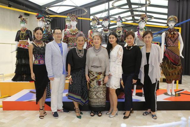 (จากซ้าย) สาวิตรี โรจนพฤกษ์, กุลวิทย์ เลาสุขศรี, นงนาถ จิรกิติ, นงนุช โรจนเสนา, ณิชา จิรกิติ, ไพพรรณ หลักเเหลม และ เอื้อเอ็นดู ดิศกุล ณ อยุธยา (From left) Sawitri Rochanapruk, Kullawit Laosuksri, Nongnart Chirakiti, Nongnut Rojanasena, Nicha Chirakiti, Paipan Laklaem and Ua-endoo Diskul na ayudhaya