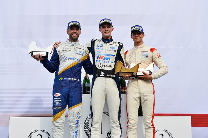 ภาพรับรางวัล-Porsche-Carrera-Cup-Asia