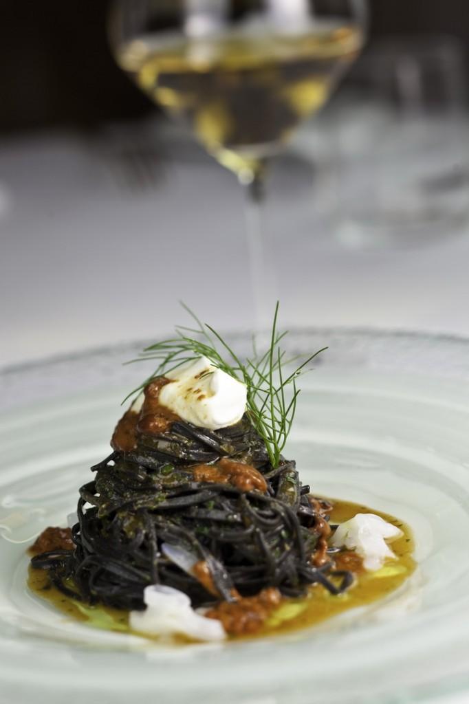 spaghetti freschi al nero con ricci di mare e ricotta
