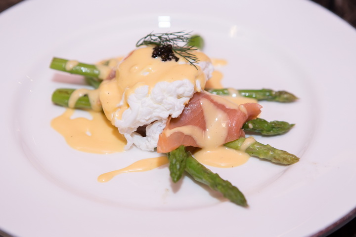 เมนูออเดิร์ฟ (Grilled Asparagus Topped  with Smoked Salmon, Poached Egg, and Hollandaise Sauce)
