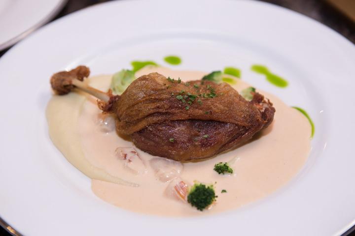 เมนูอาหารจานหลักเป็ดกงฟีต์(Duck Confit with Red Curry infushed Cream Sauce)