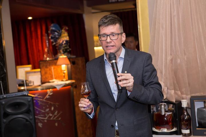 คุณแม็กซองค์ โกยเนียร์ ผู้อำนวยการ ประจำภูมิภาค เอเชีย แปซิฟิก บริษัท คามูส์ ไวน์ แอนด์สปิริต จำกัด - อธิบายถึงความเป็นมาของเหล่าคอนยัคชั้นเลิศแห่งแบรนด์คามูส์ (CAMUS)